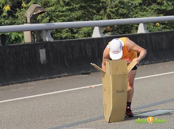 2012臺北國道馬拉松,充滿熱氣的柏油路 (7)
