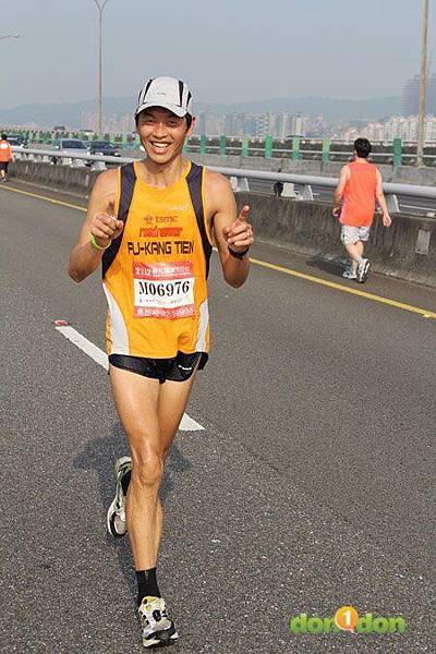 2012臺北國道馬拉松,充滿熱氣的柏油路 (10)