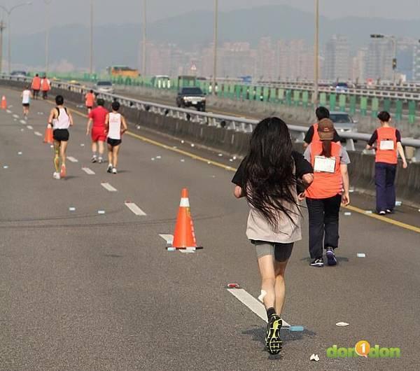 2012臺北國道馬拉松,充滿熱氣的柏油路 (16)