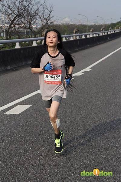 2012臺北國道馬拉松,充滿熱氣的柏油路 (17)