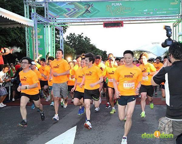 【主題賽事】-『2012PUMA螢光夜跑台北站,一場盛大的螢光party』  (3)
