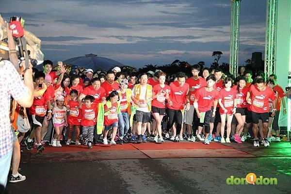 【主題賽事】-『2012PUMA螢光夜跑台北站,一場盛大的螢光party』  (5)