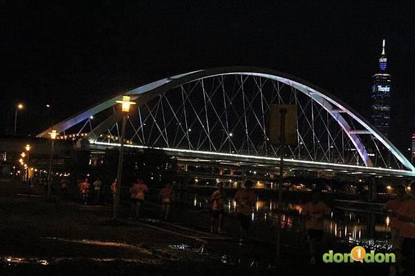 【主題賽事】-『2012PUMA螢光夜跑台北站,一場盛大的螢光party』  (9)