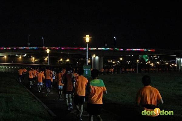 【主題賽事】-『2012PUMA螢光夜跑台北站,一場盛大的螢光party』  (10)