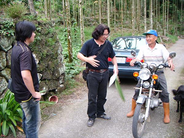 20100620東山自然休閒步道許亦成老師現堪討論 (2).JPG