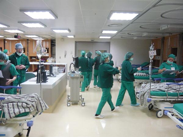 護士帶香香離去的背影