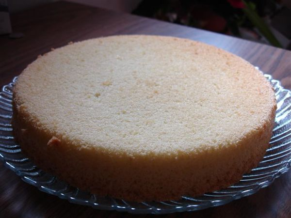 第二次烤蛋糕,使用電動打蛋器,就有發起來。