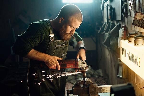 man-using-an-angle-grinder-3484701.jpg