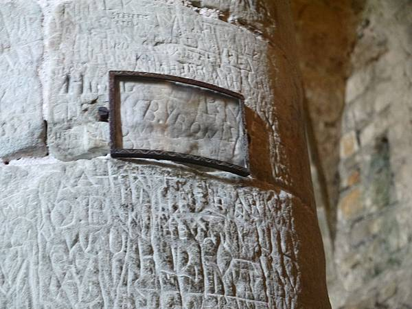 13-3 英國詩人拜倫曾到訪西庸古堡後寫下了著名的詩西庸囚徒 講得就是柏尼瓦神父的故事 也因此讓西庸古堡的監獄變得更有名 柱子上還有當初拜倫來訪時刻上的名字.JPG