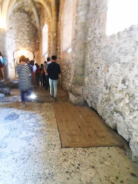 14-板子底下為丟棄囚犯屍體的地方,下面直通日內瓦湖底,大家原本還以為此為上廁所的地方.jpg