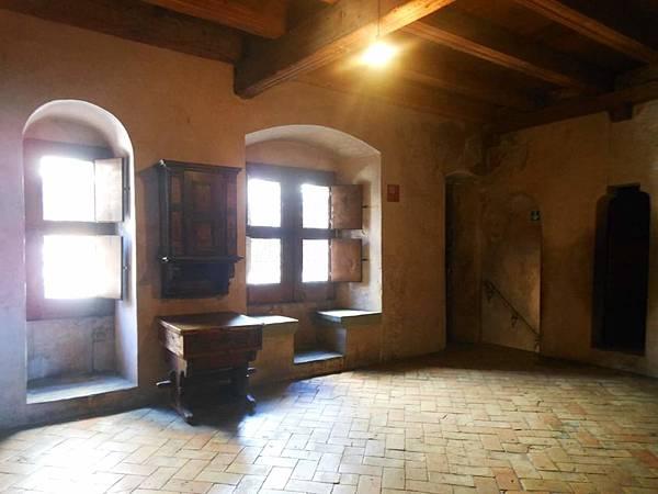 18-城堡內室,牆上還有通往其他房間的秘密通道.jpg