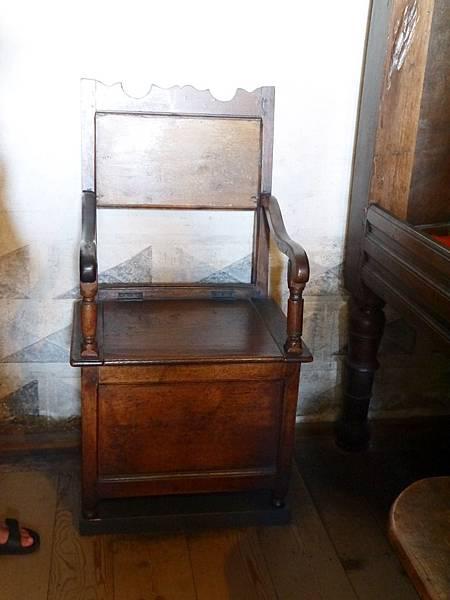 24-臥室內的大椅子居然是個馬桶,椅座掀起來就可以上廁所了.JPG