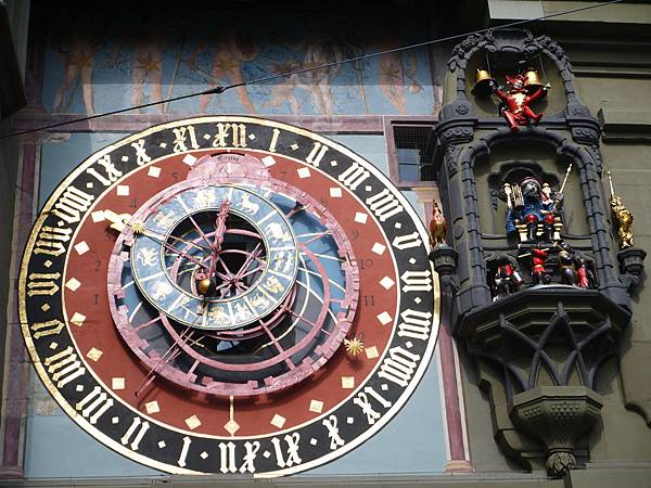 7-有兩個時鐘,上面的顯示時間,下面的顯示包含月份、星期、日期、星座、太陽位置、月亮盈缺.JPG