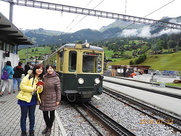 6-從格林德瓦車站上車,鐵路電車採用strub齒軌鐵路.JPG