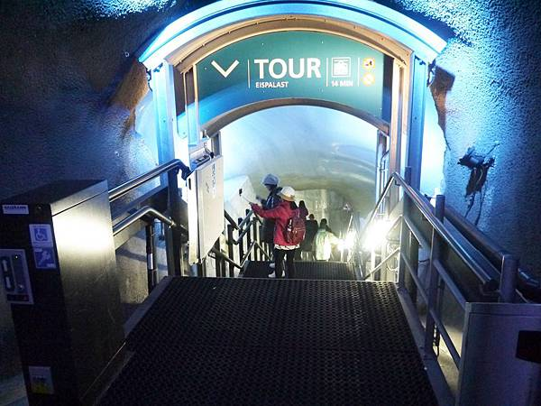 35-冰宮為冰河底下30公尺開鑿而成的.JPG
