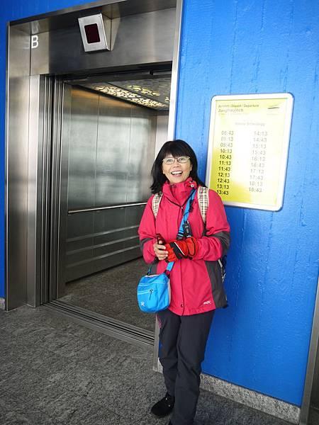 44-2 搭高速電梯要上景觀台,高度驟升四百多公尺.JPG