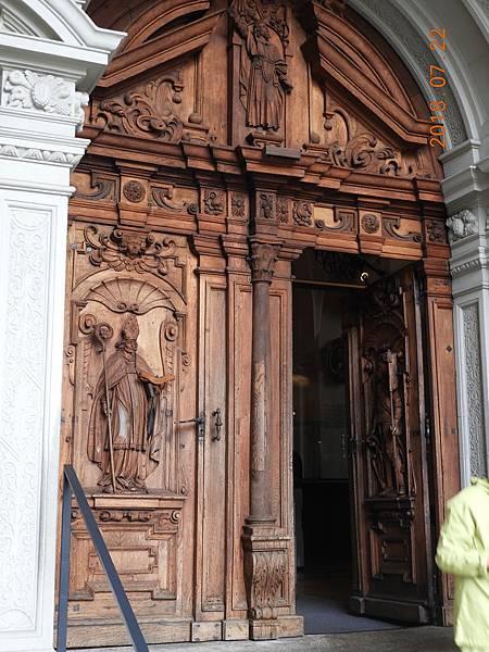 9-教堂其中一扇木門雕像很細緻.JPG