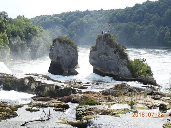 26-中間的巨石經過了幾千年的河水沖刷,到現在仍需要做維護.JPG