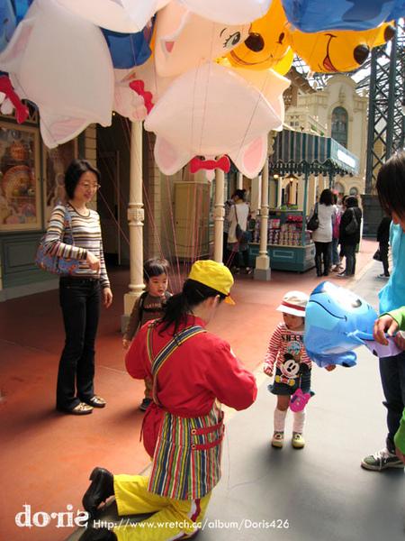 正在買氣球的小孩