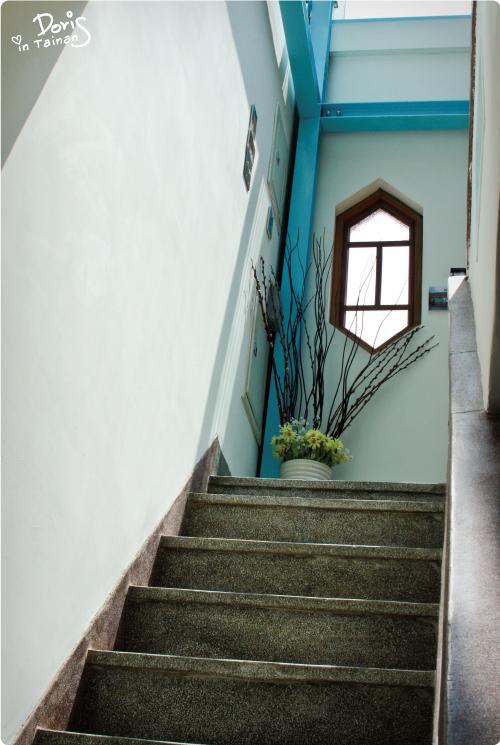 通往二樓的樓梯.jpg