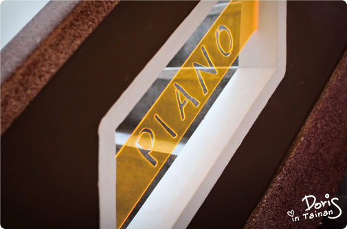 樓梯上的壓克力板.jpg