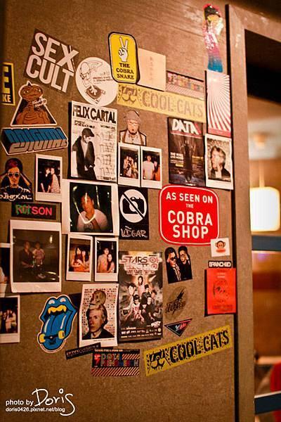 門口旁貼滿照片