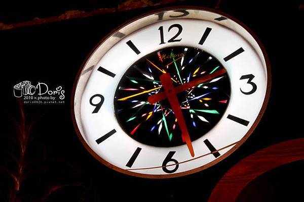 我很喜歡這個鐘~中間的顏色會動