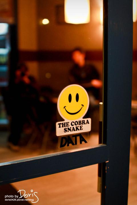 門上貼著微笑標誌