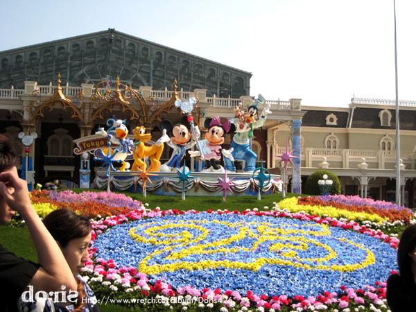 這是廣場,很多人在這裡跟卡通明星們合照