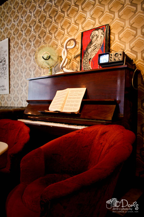富古鋼琴上的電視竟然可以看.jpg