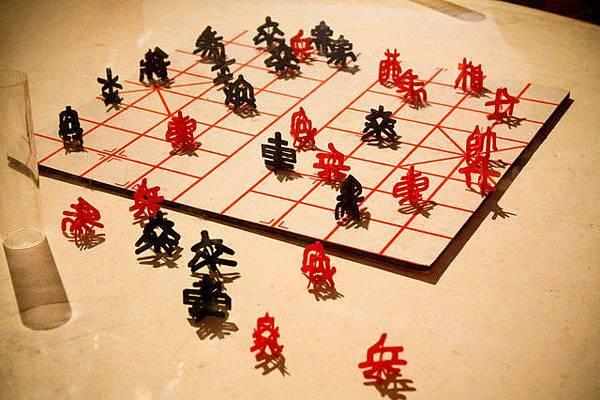 用剪紙技巧製作成立體的棋子,酷!!