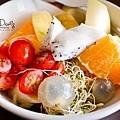 輕食類復的大碗水果沙拉