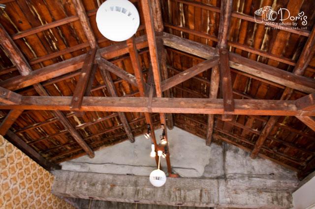 屋頂還保留原有的樑柱.jpg