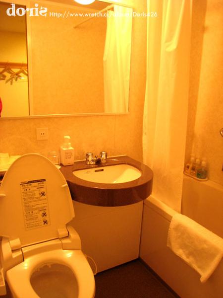 浴室依舊超級小一間