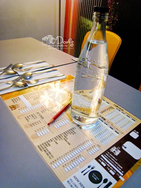 每桌都會附上一瓶水