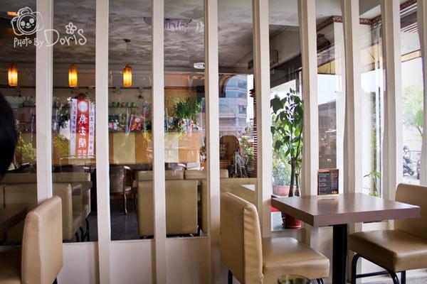 用餐區在門的另一邊.jpg