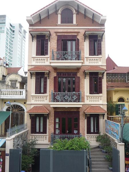 瘦長型的法式建築是越南的特色~