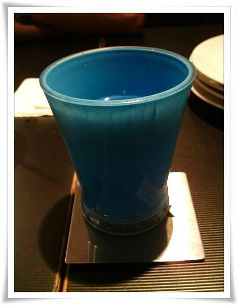 桌上水杯很漂亮