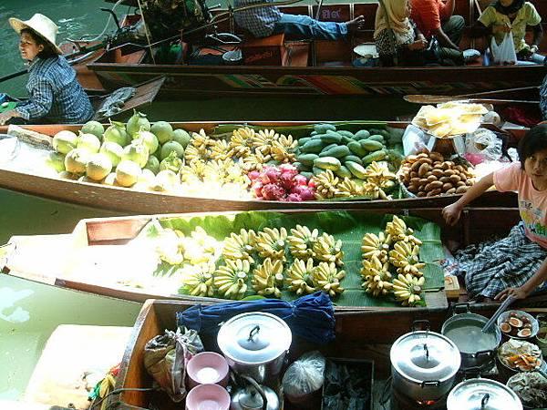 賣水果的小船