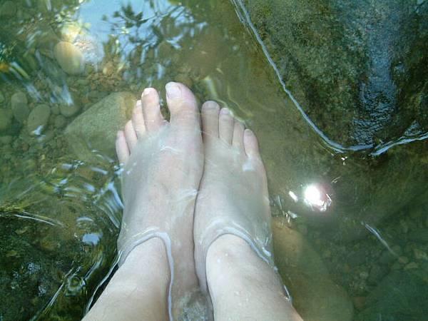 野溪步道下泡腳好涼爽