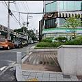 """2011年8月1日~一早出門前在飯店附近找到了""""紅薯夫婦""""雙生日那集容和等車的地點~~"""