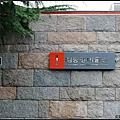 路口往前右轉後再繼續直走,會遇到這間美術館。