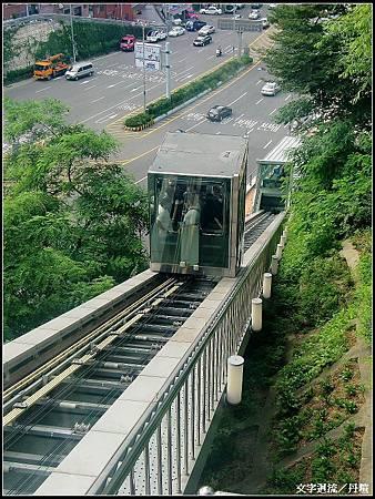 下纜車後一旁有透明電梯省了爬山的時間~
