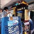 車上有小推車販賣各種食品