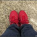 因為要走很多路~所以穿著我的運動鞋出發!!