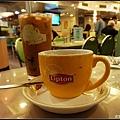 (前)檀島咖啡及(後)紅豆奶茶