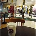 下午在咖啡店裡等他和廠商會面