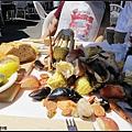 現點現做的海鮮,豪邁地倒在桌上