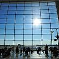機場內用餐區的落地玻璃牆