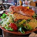 鮭魚沙拉也是好大份~